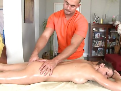 Massage makes beautiful model in atmosphere at hand high spirits on masseur's dick