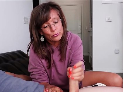 Matured Fetish Masseuse Down in the mouth Handjob